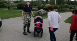 Wózek w oczku wodnym w parku Gołębiów