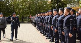 Nowi policjanci w szeregach mundurowych