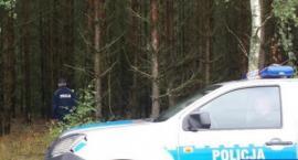 Zagubiony, przemarznięty i zmoknięty mężczyzna stał w lesie oparty o drzewo. Pomogli mu policjanci