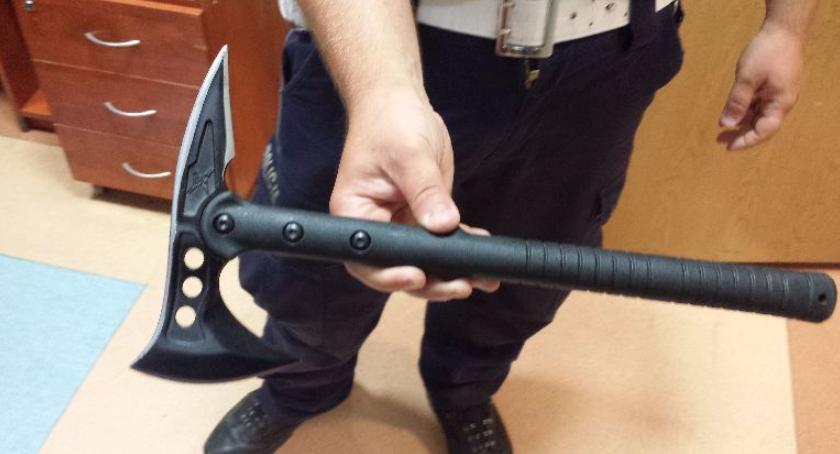 Kronika policyjna, Grożąc toporkiem chciał zmusić świadków odwołali przyjazd policji - zdjęcie, fotografia