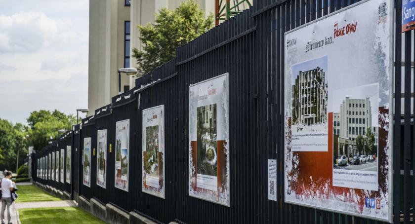 Wystawy, Wyjątkowa wystawa upamiętniająca Powstanie Warszawskie ogrodzeniu - zdjęcie, fotografia