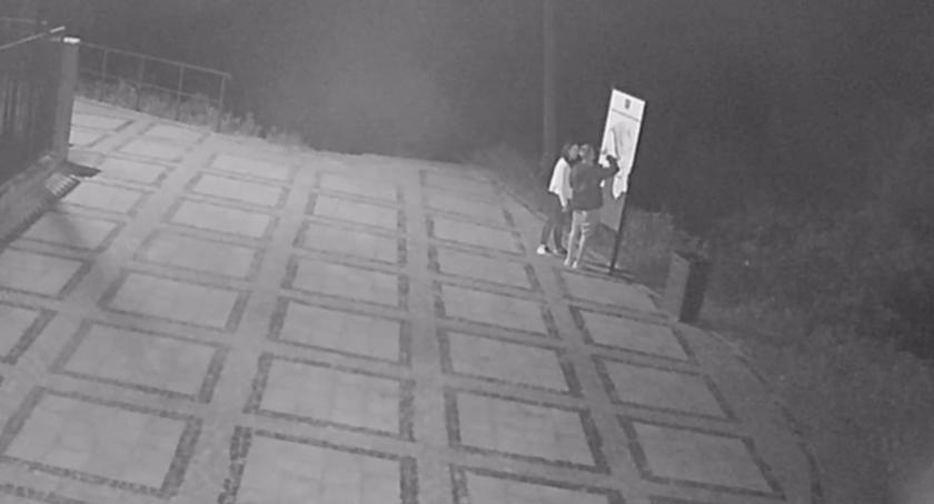 Kronika policyjna, Policja poszukuje sprawców zniszczenia tablicy regulaminem parku Górze Kalwarii - zdjęcie, fotografia