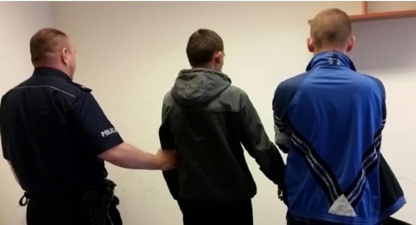 Kronika policyjna, Sprawcy kradzieży damskiej torebki rękach policji - zdjęcie, fotografia
