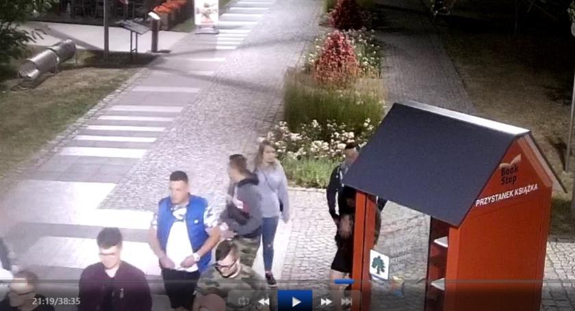 Kronika policyjna, Wizerunek grupy osób podejrzewanych dewastację Parku Zdrojowym Konstancinie - zdjęcie, fotografia