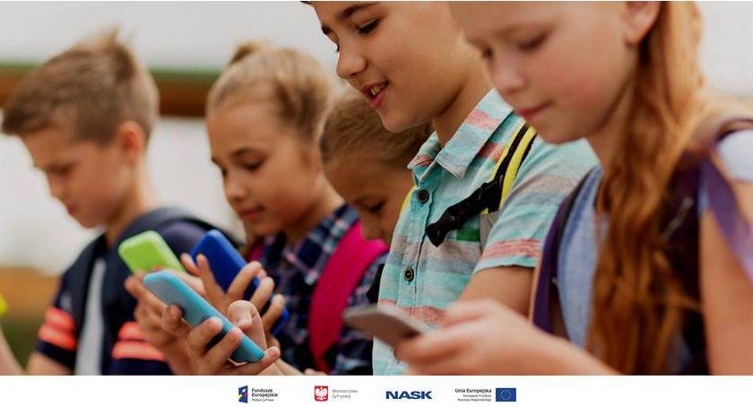 Sprawy lokalne, Raport nastolatkach Internecie - zdjęcie, fotografia