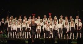 Występ chórów dziecięcych na uroczystości wigilijnej