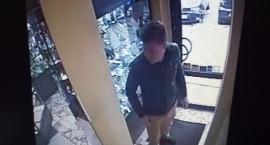 Wizerunek podejrzewanego o kradzież w sklepie jubilerskim