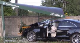 Mercedes staranował przystanek i citroena.