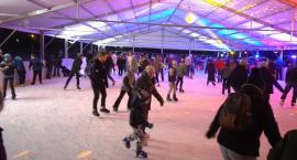 Piękne lodowisko w Lesznowoli otwarte. Tłumy mieszkańców na otwarciu.