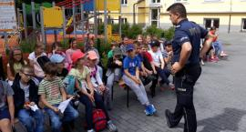 Dzielnicowi przeprowadzają wakacyjne zajęcia o bezpieczeństwie dla dzieci i młodzieży