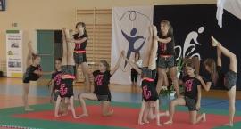 Pokaz gimnastyczno – akrobatyczny. Otwarcie hali sportowej w Mrokowie