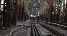 Pożar elementów mostu kolejowego w Górze Kalwarii