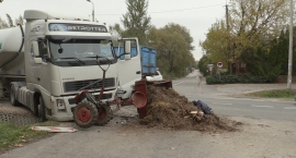 Traktor pod tirem