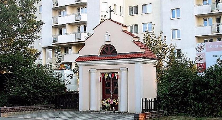 Kapliczka przydrożna przy ul. Dzieci Warszawy – pomyśl, co wiesz o niej