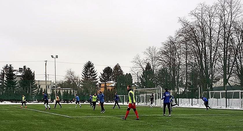 Piłka nożna, Piłka nożna trener Michał Pulkowski testuje młodych zawodników bardzo dobrze! - zdjęcie, fotografia