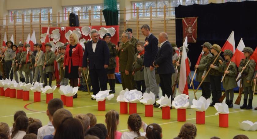 Historia, Uroczysty koncert okazji Narodowego Święta Niepodległości Szkole Podstawowej - zdjęcie, fotografia