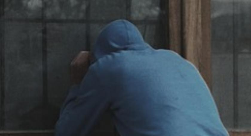 70-letni (!) chuligan z Ursusa wybił szybę w warsztacie samochodowym i… nic nie ukradł!