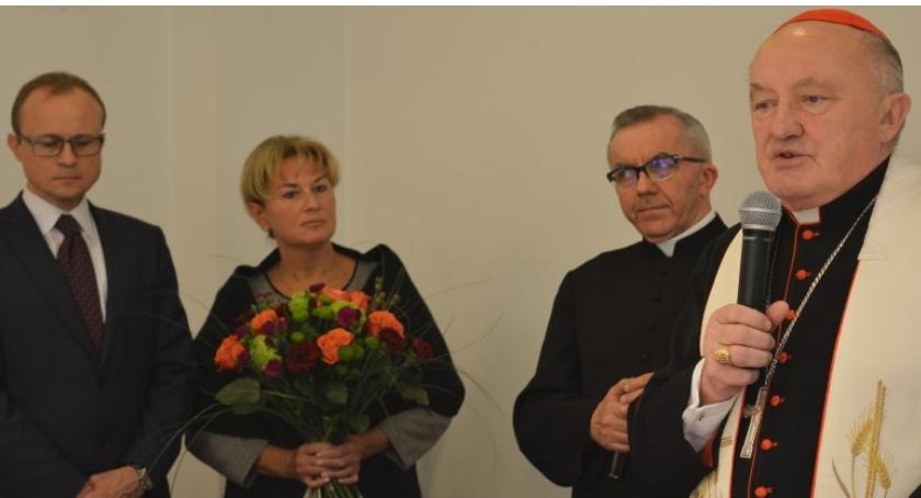 """Kardynał Kazimierz Nycz i władze dzielnicy spotkali się na tradycyjnym """"jajeczku"""""""