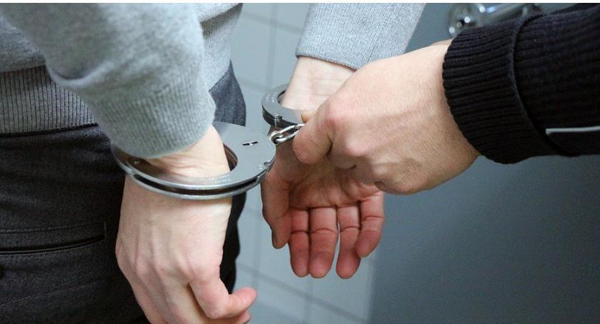 Ursuski dzielnicowy, po służbie, rozpoznał poszukiwanego sprawcę rozboju i doprowadził do zatrzymania