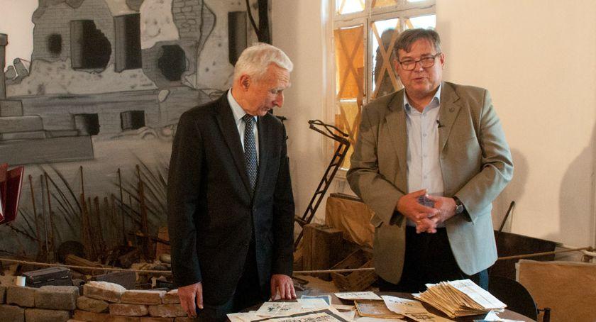 Naimski przekazuje artefakty do Muzeum Pamięci Powstania Warszawskiego