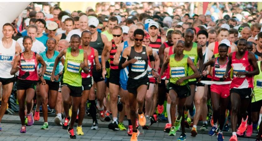 Bieganie, Kenijczyk zwycięzcą Maratonu Warszawskiego - zdjęcie, fotografia