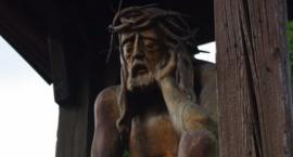 """Kapliczka Jezusa Frasobliwego przy kościele św. Józefa Oblubieńca NMP: """"Tu się fajnie modli…"""""""