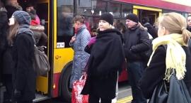 Autobus czerwony po ulicach Ursusa się przetacza – z sensem i bez sensu