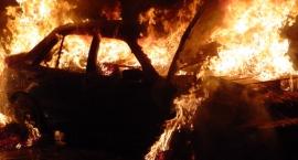 Płonąca noc samochodów na skrzyżowaniu Tomcia Palucha i Dzieci Warszawy