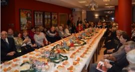 Seniorzy z Uniwersytetu Trzeciego Wieku na Wigilii w klubie Kolorowa