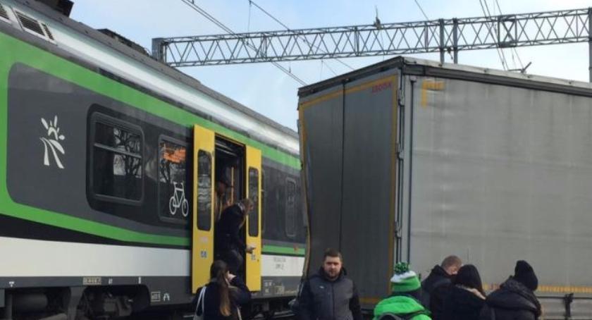 wypadki drogowe, Piastów Pociąg kolei miejskiej uderzył ciężarówkę - zdjęcie, fotografia