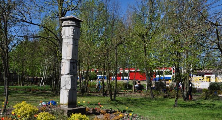 """urzędy i administracja , """"Skwer Joanny Jabłońskiej"""" nazwa skweru centrum Otrębus stacji - zdjęcie, fotografia"""