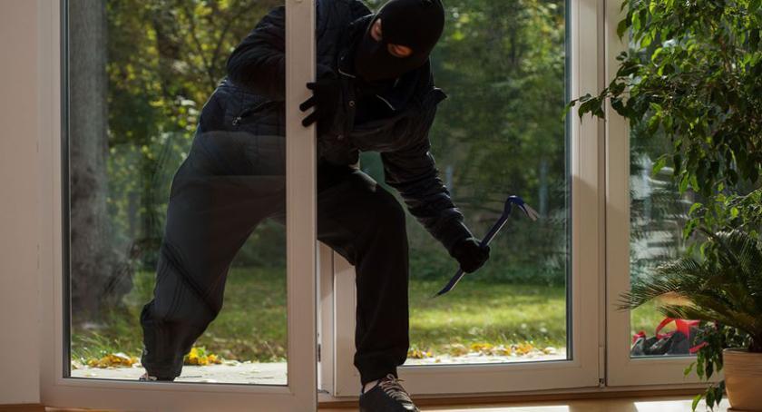 kradzieże włamania, zabezpieczyć mieszkanie przed włamaniem podczs wyjazdu wakacje - zdjęcie, fotografia