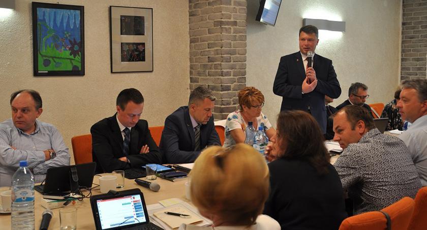 urzędy i administracja , Burmistrz gminy Brwinów Arkadiusz Kosiński otrzymał absolutorium - zdjęcie, fotografia