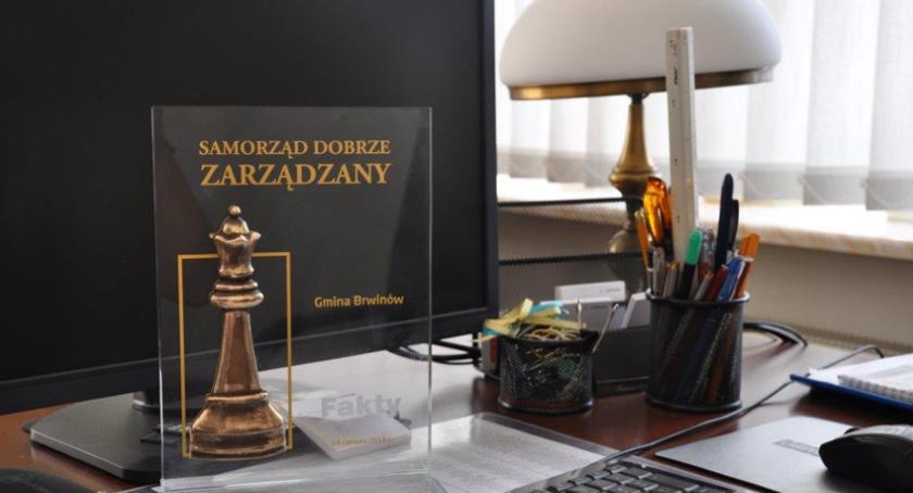"""urzędy i administracja , Burmistrz Arkadiusz Kosiński odebrał wyróżnienie kategorii """"Samorząd dobrze zarządzany"""" - zdjęcie, fotografia"""