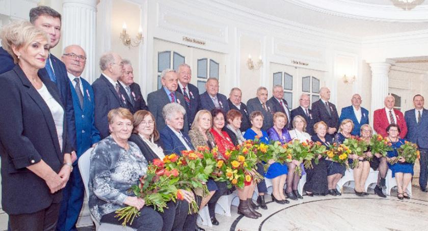 urzędy i administracja , Gminy Brwinów medale przyznane przez Prezydenta małżeństwa - zdjęcie, fotografia