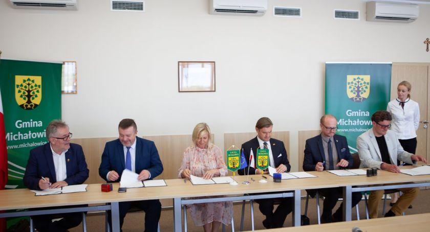 inwestycje, Gmina Michałowice zawarła umowy partnerskie pięcioma samorządami - zdjęcie, fotografia