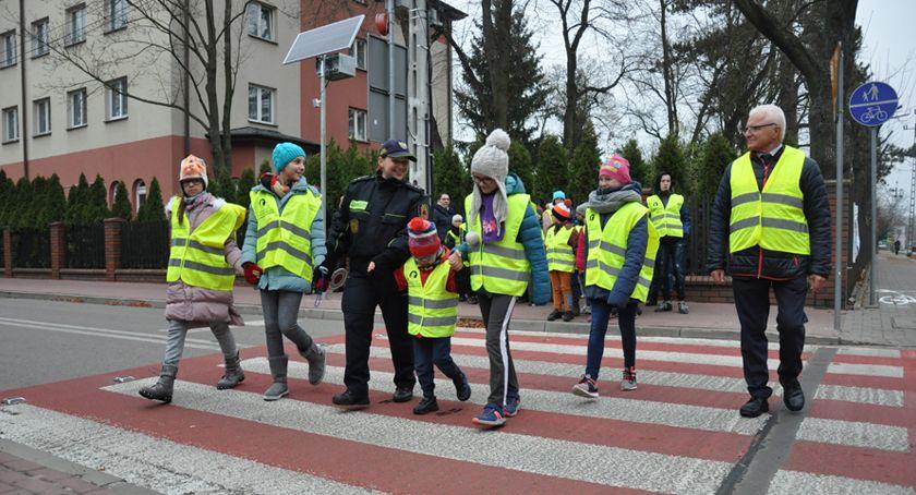 bezpieczeństwo, Bezpieczne przejście przez ulice pieszych centrum Brwinowa - zdjęcie, fotografia
