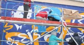"""""""Jedwabny mural"""" w Milanówku. Już wkrótce uroczyste odsłonięcie malowidła!"""