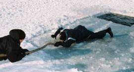 Bezpieczna zabawa na lodzie