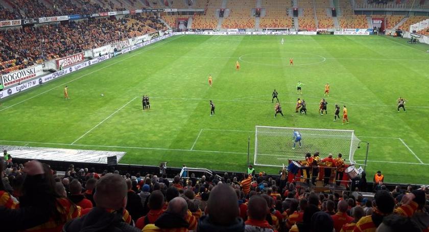 Piłka nożna, bramek Cracovią Probierz apeluje sędziów pomagajcie Legii - zdjęcie, fotografia