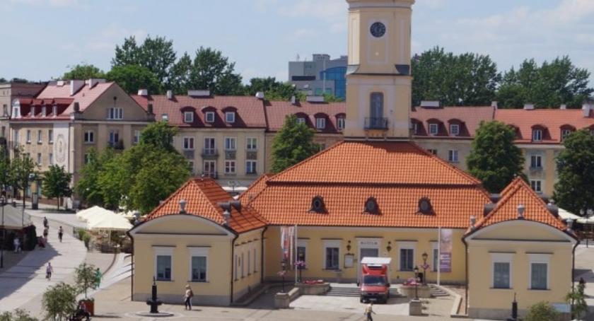 Felietony, gmina Truskolaski kopie sobie grób własnym językiem - zdjęcie, fotografia