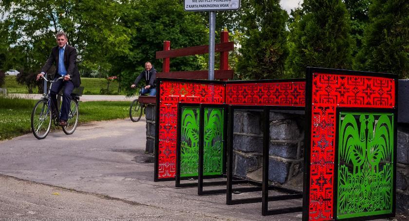 Wiadomości, ulicach pojawiły ażurowe stojaki rowery Podobnych akcji będzie więcej - zdjęcie, fotografia