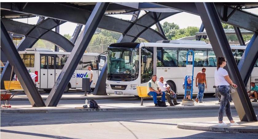 Wiadomości, Dworzec posiada perony których odjeżdżają autobusy - zdjęcie, fotografia
