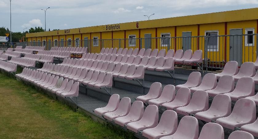 Piłka nożna, Juniorska piłka Jagiellonia kratkę łopatkach - zdjęcie, fotografia