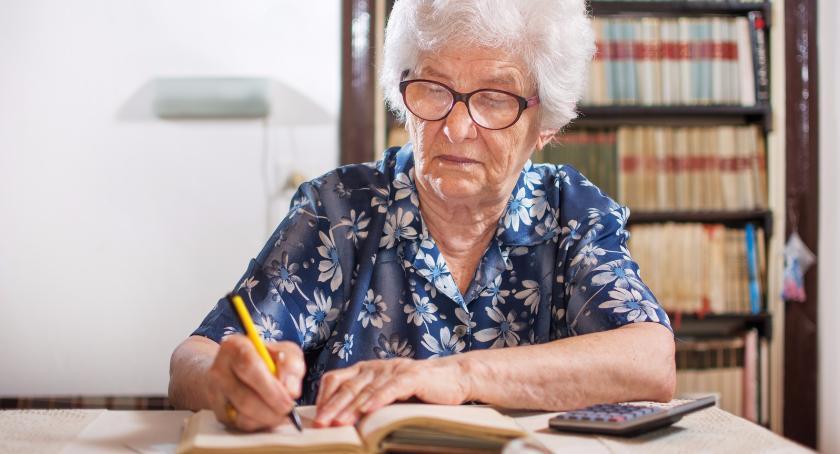 Gospodarka, Topnieją oszczędności rosną długi seniorów - zdjęcie, fotografia