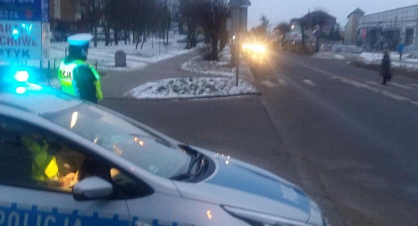 Wiadomości, Policja niebieskim światłem pokazuje czuwa naszym bezpieczeństwem - zdjęcie, fotografia
