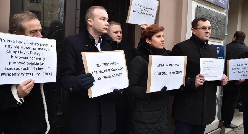 Wiadomości, Ludowcy obronie tablicy zgody analfabeci dochodzili głosu - zdjęcie, fotografia