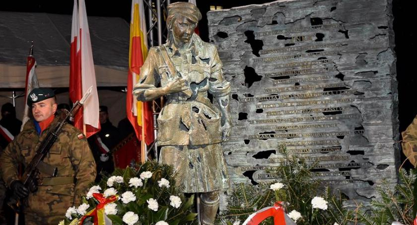 Wiadomości, Pomnik odsłonięty poślizgiem Prezydent znów podzielił mieszkańców - zdjęcie, fotografia