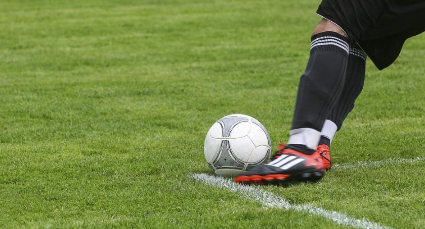 Piłka nożna, Jagiellonia rozjechana przez poznańską lokomotykę Kolejarzem - zdjęcie, fotografia