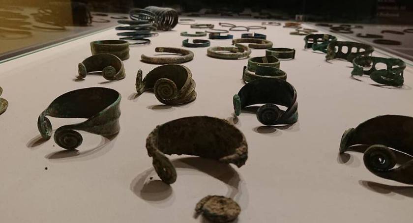Wiadomości, Celnicy zwrócili muzeum skradzione stare monety biżuterię - zdjęcie, fotografia